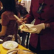 味噌や薬味を添えてパオピンに包んでくれます
