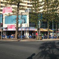 ビーチとホテルの間には早朝から営業するカフェもあります。