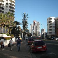 ビーチに散歩した帰りです。この通りを逆走するとすぐビーチです
