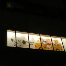 ビルの外からみた窓のディスプレイ