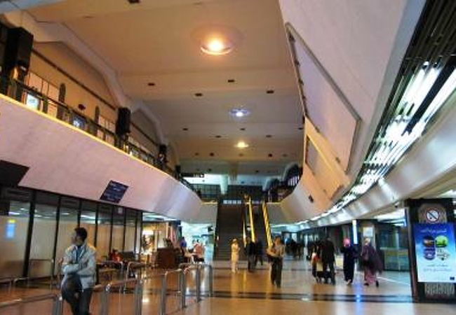 ムハンマド5世国際空港の到着ロビー光景です。