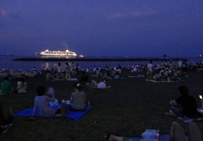 広い海岸が観覧席。満員になることは無い。
