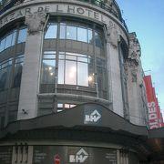 パリのデパートBHV (ベー・アシュ・ヴェー)。市役所の前。