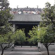 細かい中国らしくない彫り物の昔の大邸宅に・・・G0!
