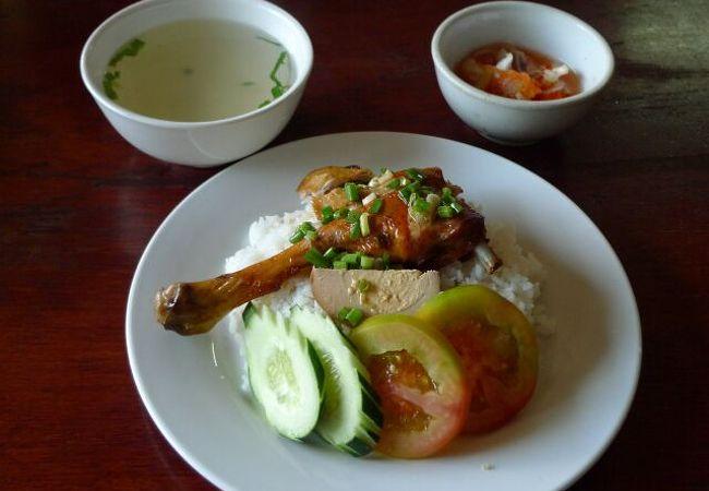 バイ・サッモアン (鶏肉載せご飯)