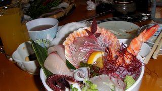 海鮮丼もウニコロッケも最高!店員さんもおもしろい