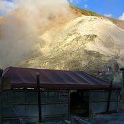玉川温泉自然研究路 整備された遊歩道に水蒸気が吹き上がる