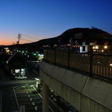 軽井沢駅の夜景。山の上に『天空カフェ』は静かに佇んでいます。