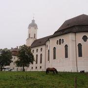 草原の中の教会