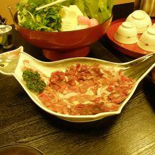 雉の形のお皿にのったお肉は、雉のその部分の順だそうです。