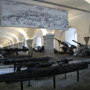たくさんの大砲と武器と…