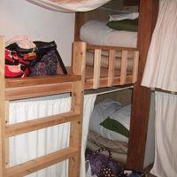 二段ベッド。広々としていて、それぞれにライトも付いています
