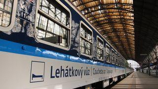近代的でお店もいっぱいのプラハ中央駅