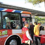 郊外への観光はバスを利用しました