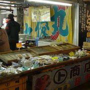 師崎漁港朝市-丸ト商店の八重ちゃんは頑張って居ます。