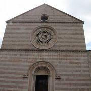 聖キアラのお墓と衣服があります。
