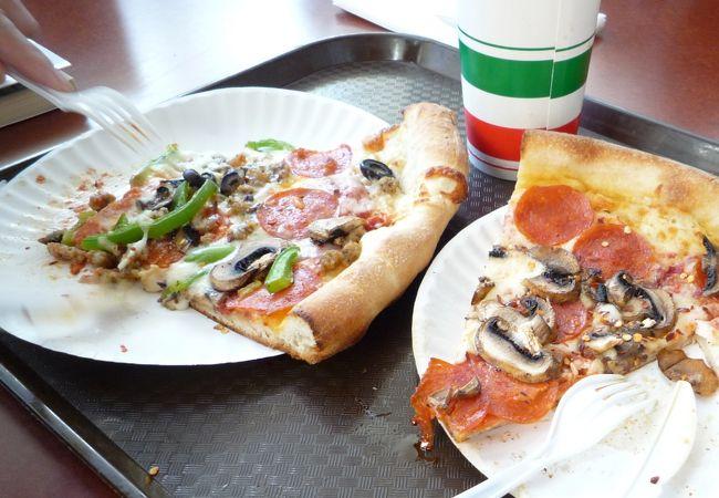 ランチのピザ。店員のお兄さんは明るく親切。
