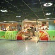 空港の地下にあるスーパーマーケット!