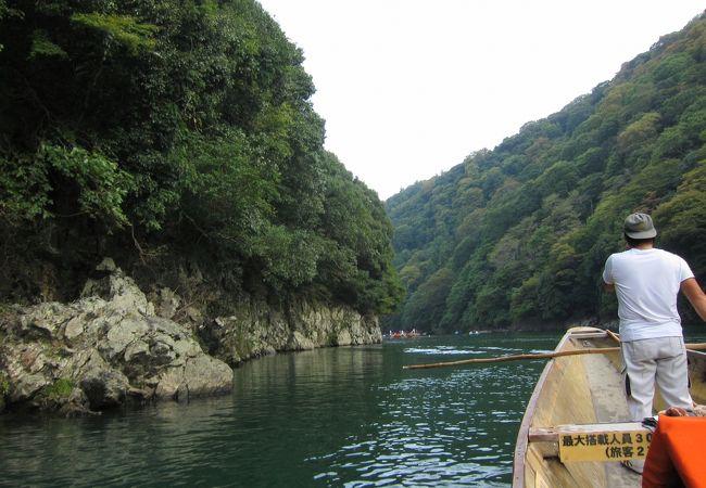保津峡谷をゆったり舟はすすみます。穏やかだなぁ♪