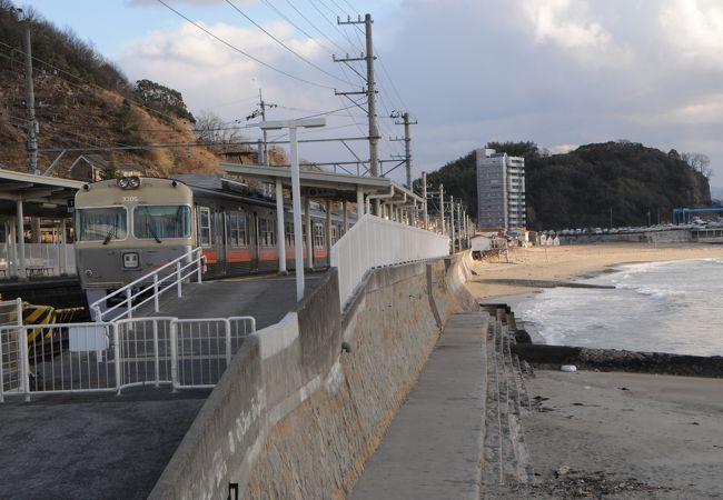 瀬戸内海の海が目の前に広がる駅。梅津寺公園が駅前にあります