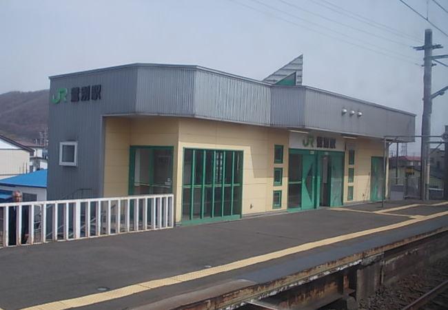 室蘭市と登別市の境界にある駅です