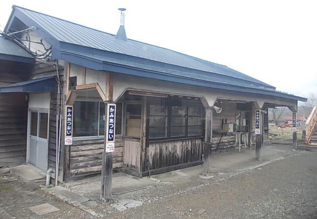 立派な木造駅舎が現存している駅です