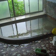 階段の途中にある無色透明な温泉