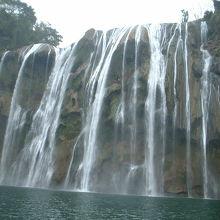 よく見ると滝の中央部に人が歩いているのが確認できます。