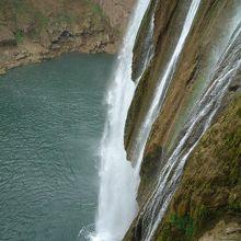 滝の内側から滝を見たり、触ったりすることができます。