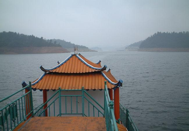 貴州省最大の人造湖「紅楓湖」