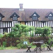 シェイクスピアの生家などを復元した建物があります
