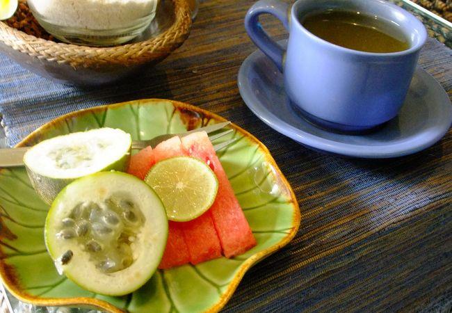 マッサージ後のお茶とフルーツのサービス。うれしいですね。
