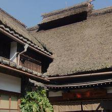 お店は萱ぶき屋根の古民家