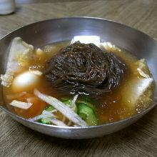 日本のそばに似た色の麺ですが食感は固くツルツルです