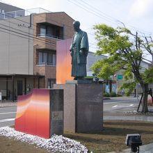 銅像の建つ駅