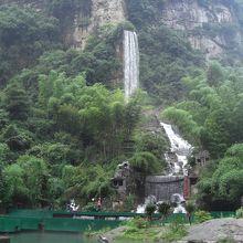 入口からすぐのところにある大きな滝