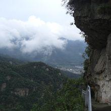 奥の山を登ると宝峰寺、観音廟というのがある。