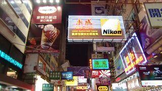 夜のネオン街