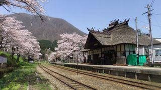 桜の名所、日本唯一の茅葺き屋根の駅舎