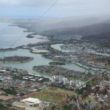 登るとハワイカイとワイキキ、ハナウマ一望←土砂降りでしたが