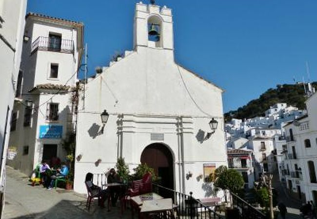 白い村にぴったりのかわいらしい教会