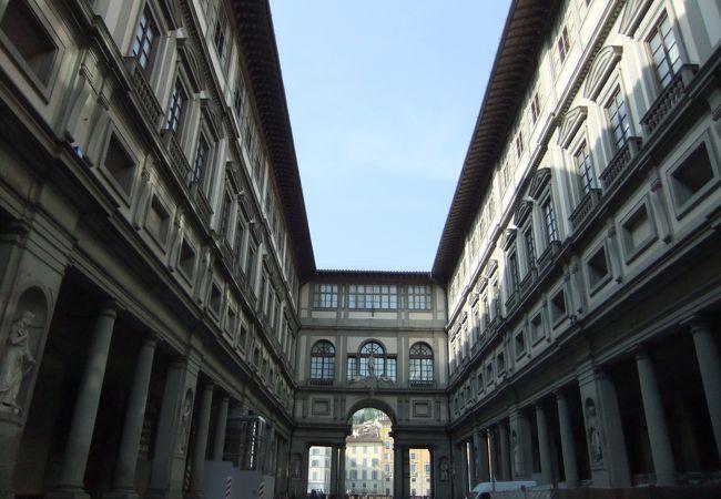 朝一番に並んだコの字型のウフィツィ美術館