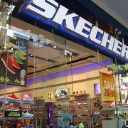 日本でもお馴染スケッチャーズはロコに人気
