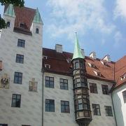 出窓が特徴の古い宮殿