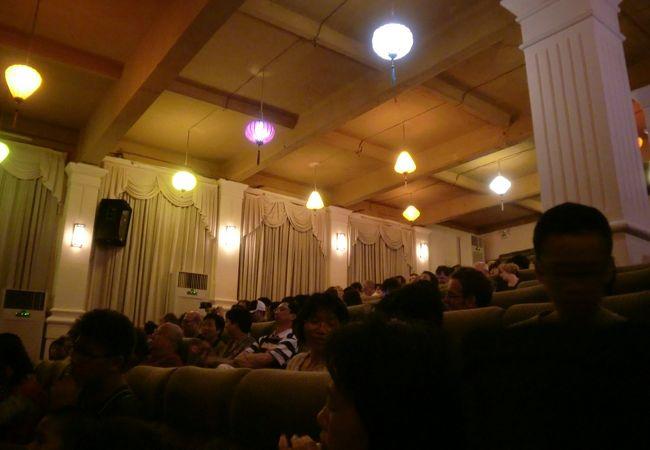ほぼ満員の劇場内