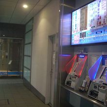 券売機とホテル入口