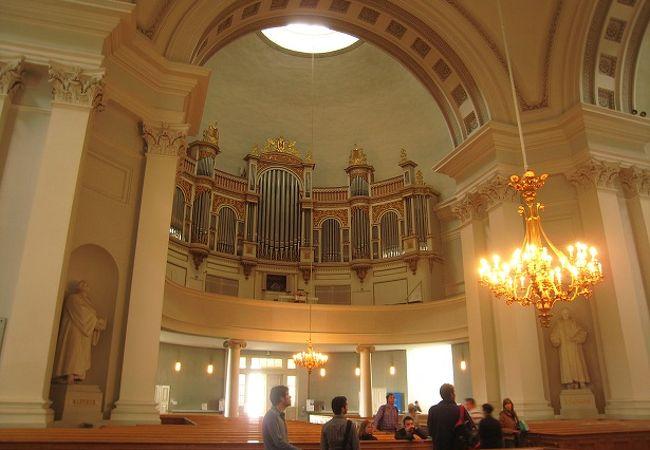 教会内部です。金色の装飾が印象的でした。