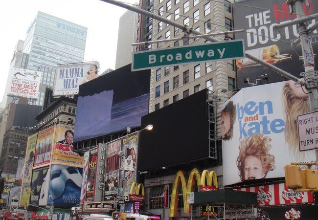 ミュージカルの広告がいっぱい