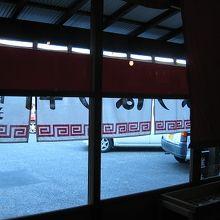 店内から入口の風景、平屋のシンプルな佇まいです。