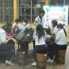 蟹田駅待合室、女子高生のおしゃべりは津軽弁で聞き取れない。